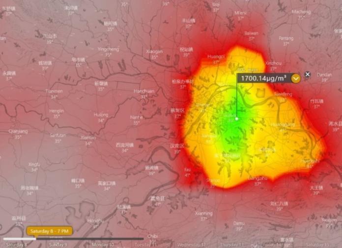 畫面中這塊顏色特別突出的是中國湖北省武漢市,代表空氣污染相當嚴重。(圖/取自Windy)
