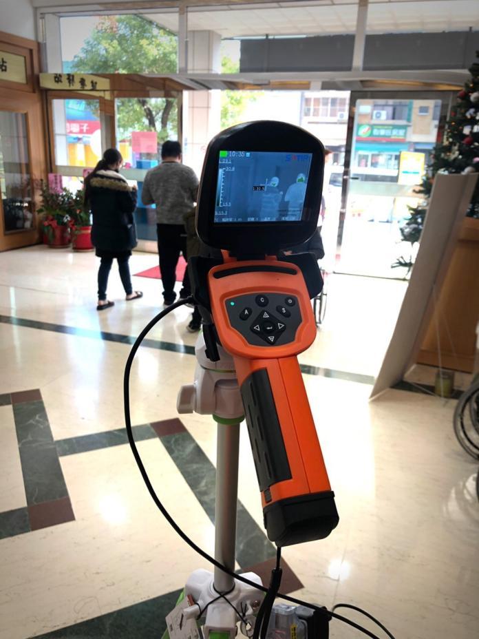 <br> ▲員榮醫療體系特別引進紅外線熱顯像儀,快速偵測民眾體溫。(圖/記者陳雅芳攝,2020.02.13)