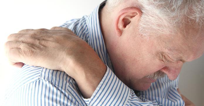 ▲老年人皮膚屏障脆弱,皮脂腺逐漸萎縮,相對容易出現乾燥情況,常常不僅搔癢到脫屑、厚皮及色素沉澱,嚴重甚至血點斑斑。(圖/ingimage)