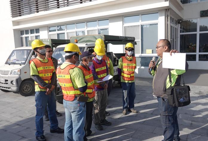 <br> ▲六輕施協理及管理處員工前來教導清潔隊人員,如何安全稀釋使用。(圖/記者蘇榮泉攝,2020.02.13)
