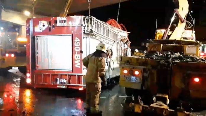 <br> ▲ 翻覆的消防水箱車車內共有5名消防員。(圖/記者郭俊暉攝 , 2020.02.13)