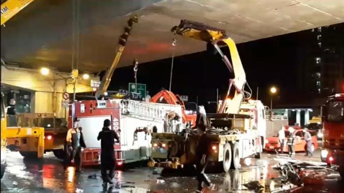 ▲ 高市消防局水箱車出勤途中與大貨車擦撞後翻覆。(圖/記者郭俊暉攝 , 2020.02.13)
