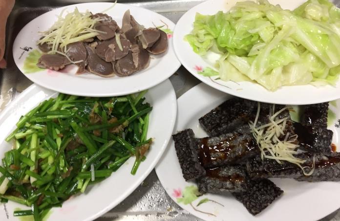 汆煮鵝肉的高湯做成的各式湯類、麵類與燙青菜等,都可以讓人隨時感受到鵝肉的生鮮美味。