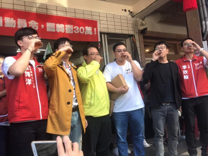 ▲wecare罷韓團體在15日下午宣布,罷韓第二階段連署30萬份正式達標,接下來將會持續收件。(Wecare高雄提供)