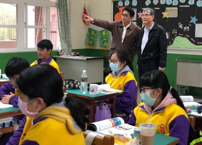 為讓防疫滴水不露,嘉義縣政府在開學前,派員到學校進行防疫視察。