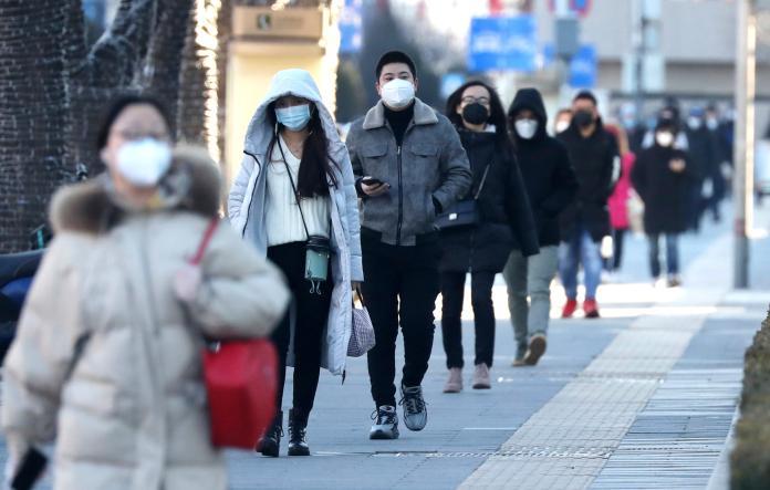 ▲面對疫情仍嚴峻,許多北京民眾戴口罩出門、通勤。(圖/美聯社/達志影像)