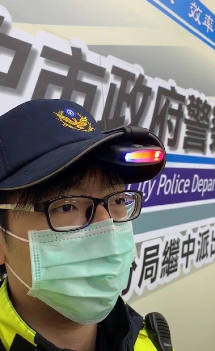 <br> ▲夾燈固定於帽子上,員警夜間開單時,不再一手多用、手忙腳亂(圖/警方提供)