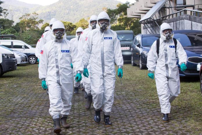 陸軍六軍團33化學兵群19日前往台商團隔離住所消毒。( 圖 / 國防部提供 )