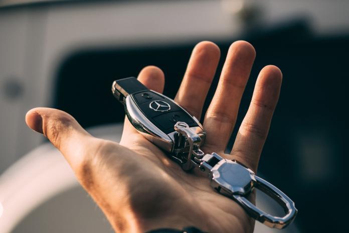 ▲有網友表示,自己一直被女友暗示該買車了。(示意圖,非本人/取自 Unsplash )