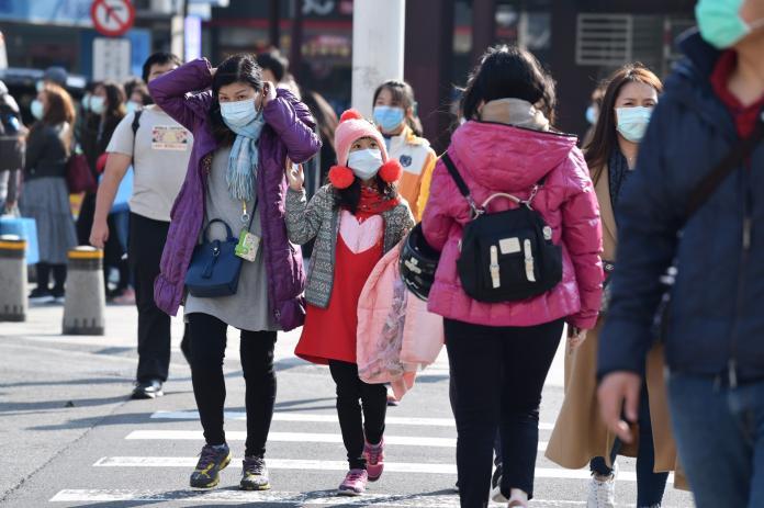 ▲網友納悶路上行人戴口罩的人變少,為何藥局口罩卻變難買。(示意圖非當事人/NOWnews資料畫面)