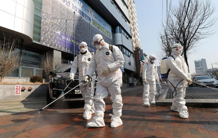 ▲南韓確診人數在近幾日突然激增,甚至出現超級傳播者。圖為南韓檢疫人員在大邱 1 處教會外消毒。(圖/美聯社/達志影像)