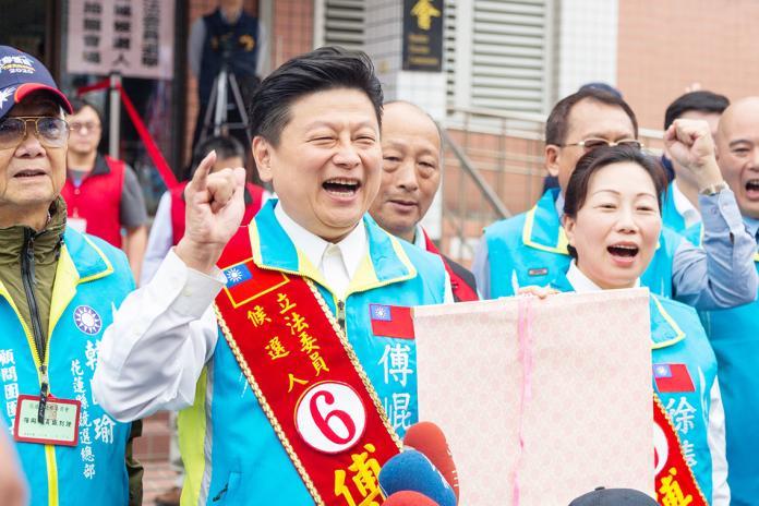 ▲無黨籍傅崐萁參選立委時抽中 6 號,表示一切都是上天的安排。(圖/記者鄭志宏攝)