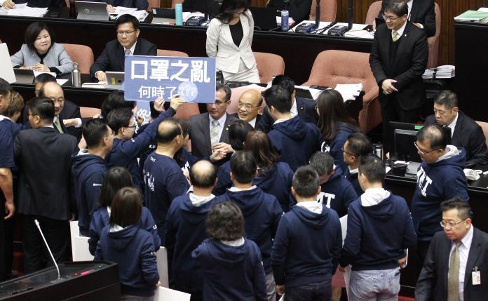 ▲國民黨團包圍行政院長蘇貞昌抗議社會口罩之亂,民眾何