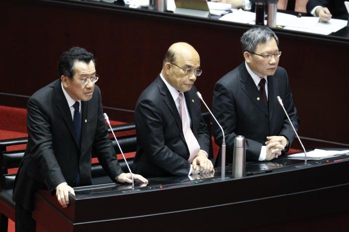 ▲金管會主委顧立雄(左)、行政院長蘇貞昌(中)、財政