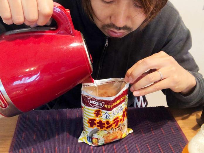 <br> ▲有一位男子直接「把熱水倒入泡麵袋」。(圖/翻攝自日媒《 nifty 》)