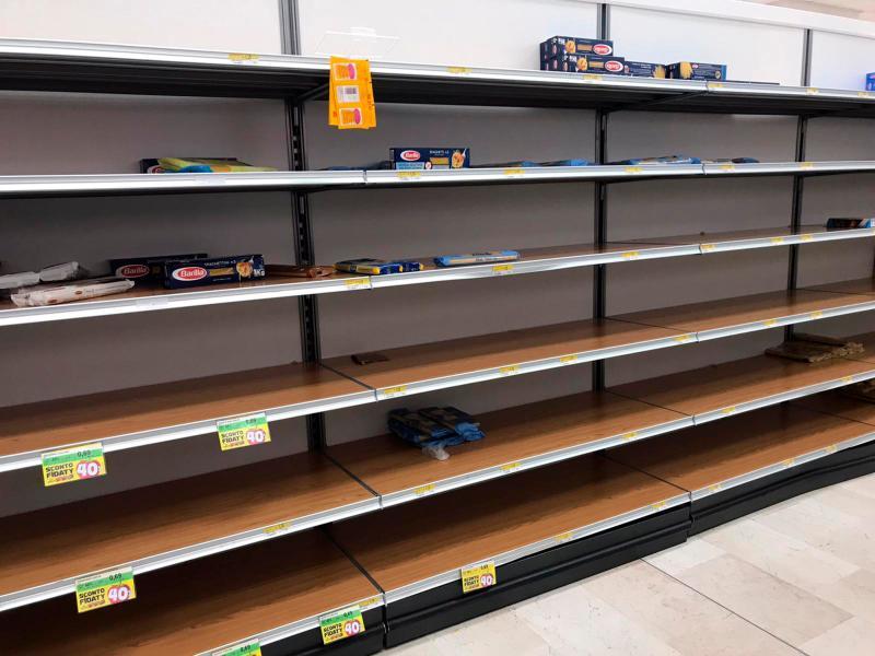 ▲鄰近義大利米蘭的超市,貨架上許多商品都被掃光。(圖/美聯社/達志影像)