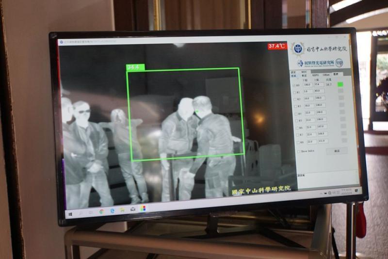 ▲立院21日開議,為防止武漢肺炎群聚感染,中科院於立院4個出入口安裝紅外線熱顯像儀。(圖/記者呂炯昌攝,