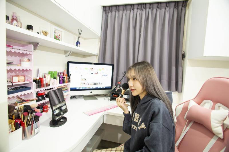 <br> ▲ 頂天吊櫃搭配L型桌,變身成Ashly的梳化區及電腦工作桌,讓她可以美美的開心工作。(圖/公關照片)