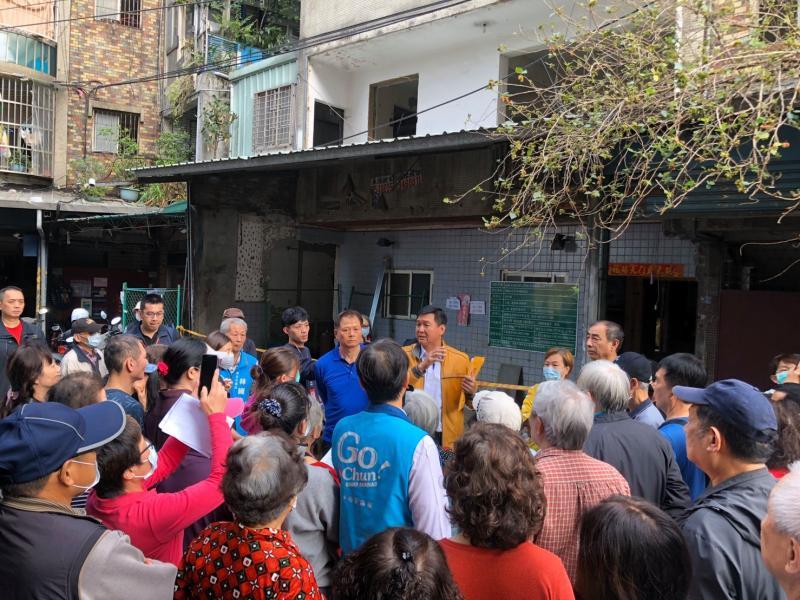 殯葬業者欲在板橋社區內設洗屍間 <b>林國春</b>帶領民眾抗議