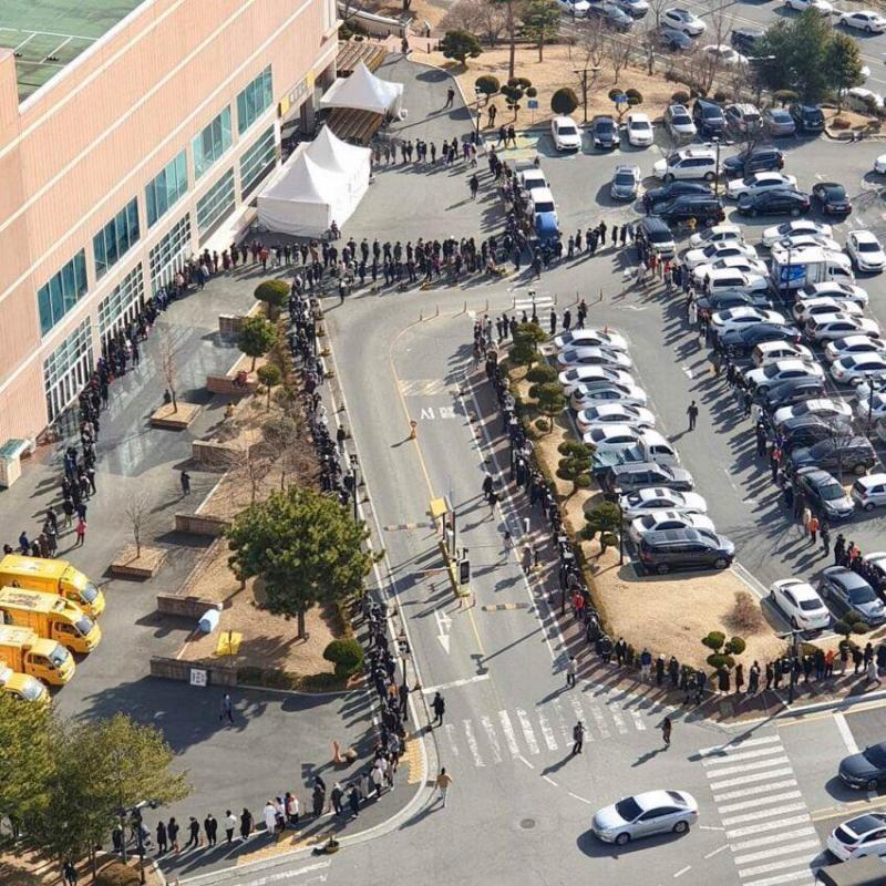 ▲南韓大邱 E-Mart 開賣口罩,排隊人潮暴多,幾乎看不到盡頭。(圖/翻攝自臉書粉專肯腦濕的人生相談室)