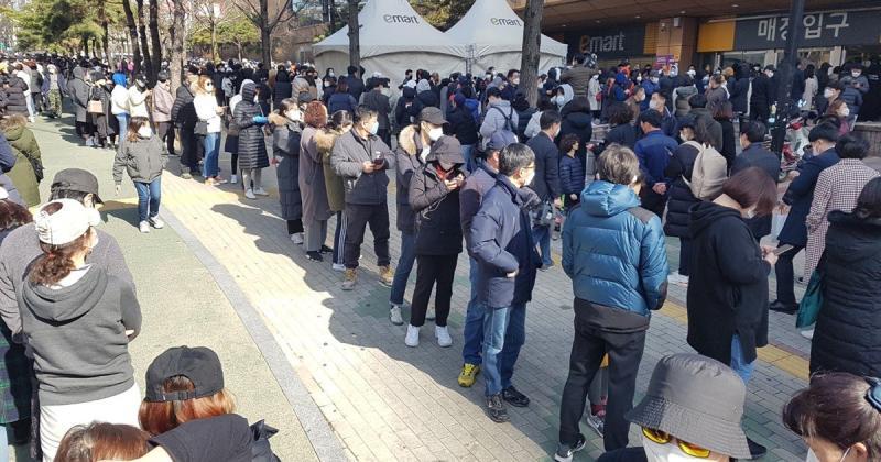 ▲南韓大邱超市排隊買口罩的隊伍人潮暴多,相當驚人。(圖/翻攝自臉書粉專肯腦濕的人生相談室)