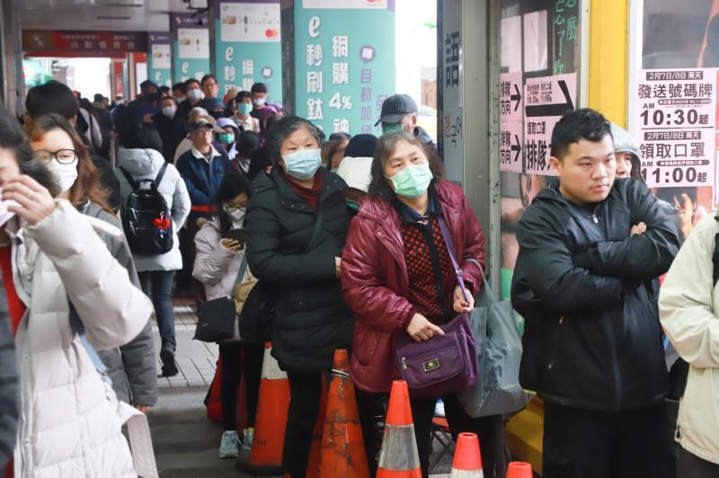 ▲新冠肺炎蔓延,不少人都會出門排隊買口罩。(圖/NOWnews資料畫面)