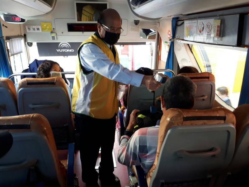 影/不讓客運公車淪為病毒傳播溫床 客運公車勤消毒