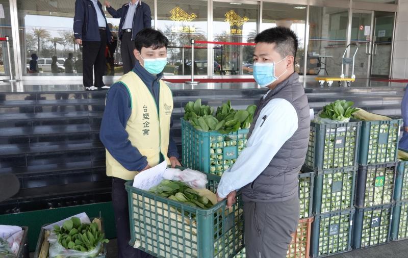 疫情影響衝擊<b>菜農</b>生計 六輕認購契作蔬菜