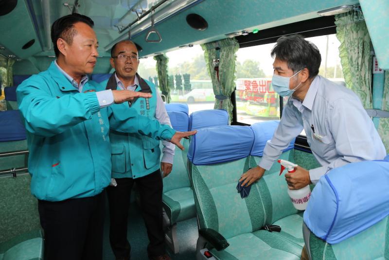嘉義縣長翁章梁到公車處檢查防疫情形。