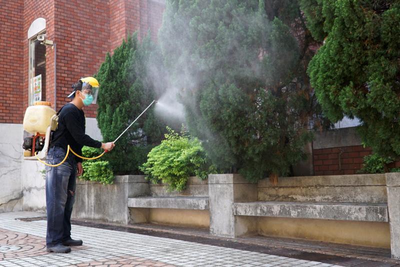 <br> ▲大葉大學將在3月2日開學,總務處實施校園全面消毒,確保校園環境的安全衛生。(圖/記者陳雅芳攝,2020.02.27)