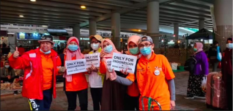 牌子上標示口罩將提1供給印尼同胞和香港長者(FB:Erry Maolani)