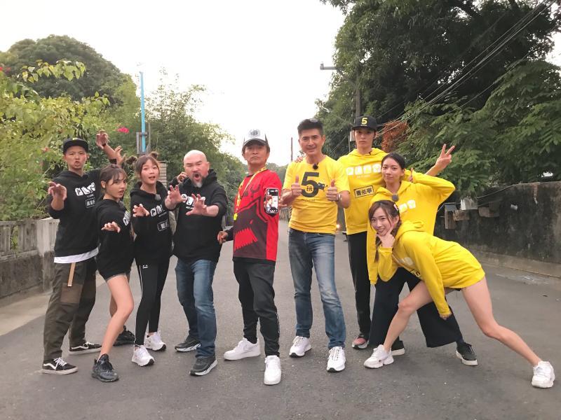 <br> ▲吳宗憲(中)帶領《綜藝玩很大》隊伍前進台南。(圖/三立)