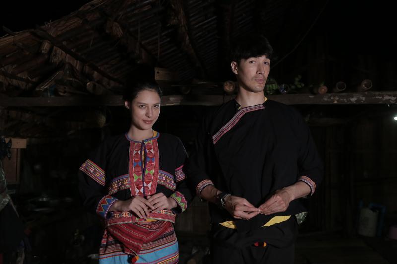 ▲錦榮(右)、佟凱玲參加「篝火晚會」穿上部落傳統衣服。(圖/亞洲旅遊台)