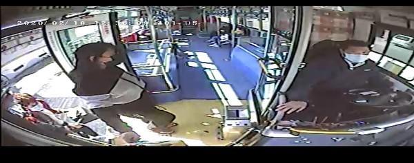 <br> ▲新北市長侯友宜今(29)視察大眾運輸防疫演練,公車業者公布了該看護搭乘公車時的監視器畫面。(圖/業者提供)