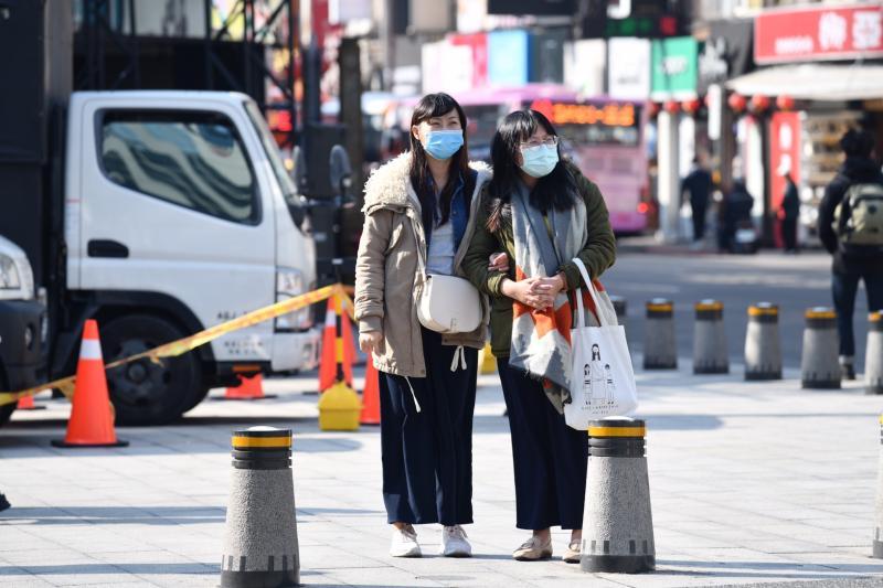 ▲新冠肺炎疫情持續延燒,民眾出門還是會戴口罩。(圖/NOWnews攝影中心)