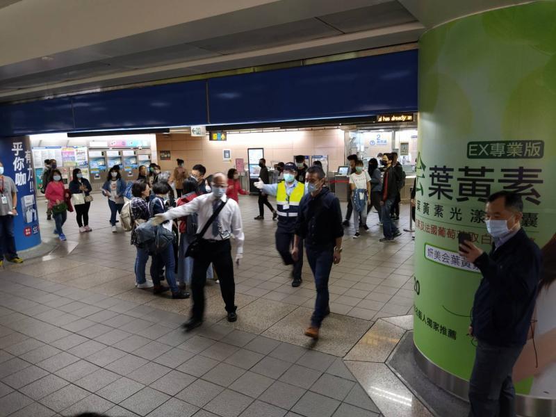 ▲台北捷運自即(29)日起於台北車站試辦增設紅外線熱顯像儀即時偵測旅客體溫,如發現旅客體溫超過37.5度將拒載。(圖/台北捷運提供)