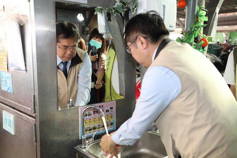 台南市長黃偉哲1日至東菜市場宣導防疫