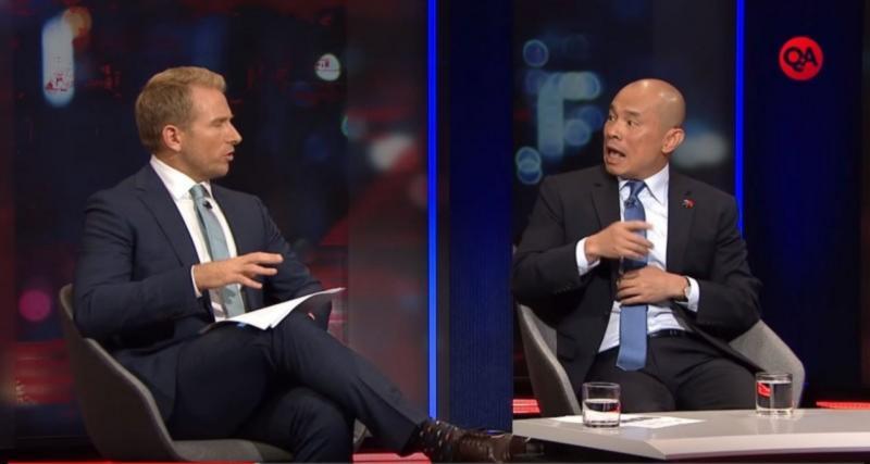 ▲中國駐澳公使王晰寧(右)在澳洲廣播公司ABC旗下節目《Q+A》接受訪問。(圖/翻攝YouTube影片)