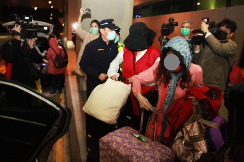 <br> ▲返台的旅客遭到大批媒體包圍,每個人步出機場後都迅速的上車離開。(圖/記者李春台攝, 2020.03.02)