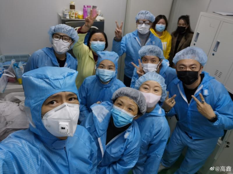 ▲邀請10個朋友於下班後到口罩工廠當義工。(圖/翻攝高鑫微博)