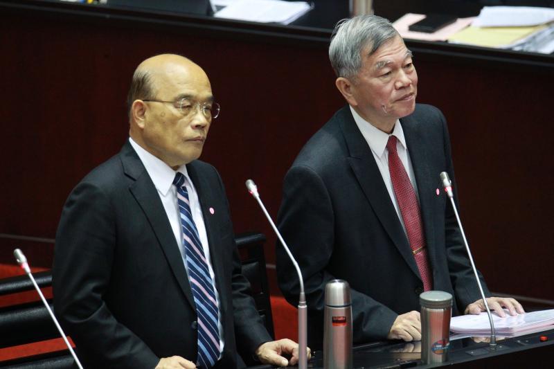 ▲行政院長蘇貞昌(左)、經濟部長沈榮津(右)接受備詢