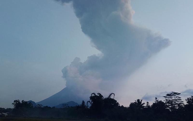 ▲印尼梅拉比火山噴發。(圖/美聯社/達志影像)