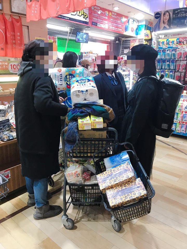 <br> ▲日本民眾搶購衛生紙、泡麵、罐頭等物資。(圖/歐陽靖臉書)
