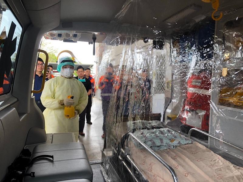 嘉義縣消防局朴子分隊以塑膠帆布製成簡易隔離艙防疫。
