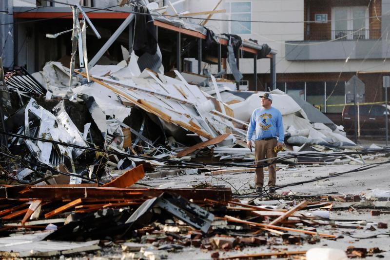 ▲美國田納西州 3 日遭龍捲風襲擊,包含首府納許維爾在內皆傳出災情。圖為居民站立於被摧毀的房舍前。(圖/美聯社/達志影像)