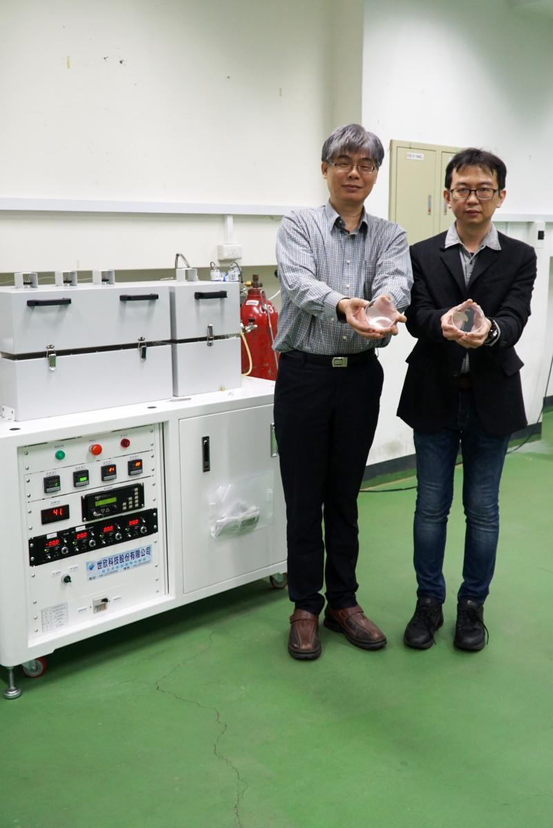 <br> ▲大葉大學醫材學程主任賴峰民(左)與歐信良老師展示薄膜樣品。(圖/記者陳雅芳攝,2020.03.04)
