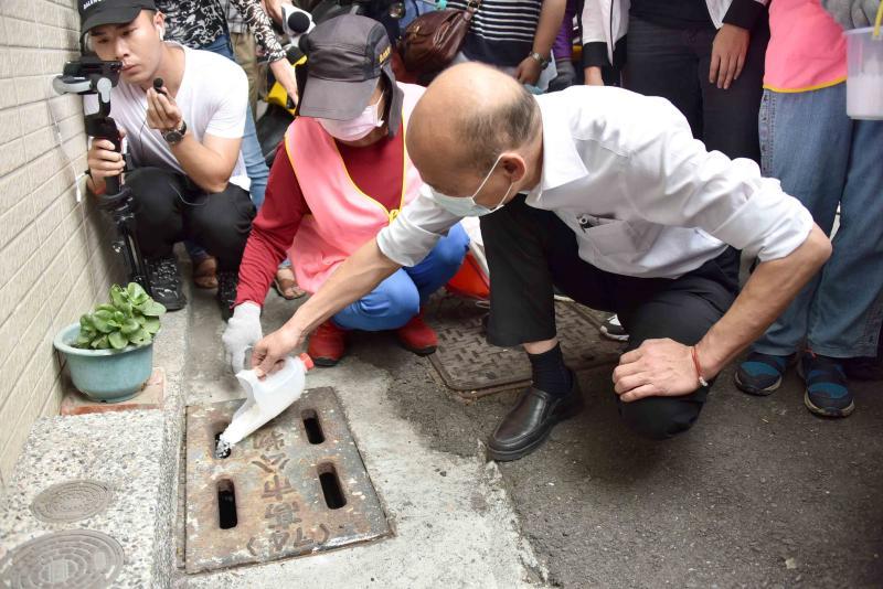 <br> ▲韓國瑜也在志工媽媽的引導下,沿路針對有陽性反應的水溝投放鹽巴,與當地民眾一同攜手防治登革熱。(圖/高市府提供)