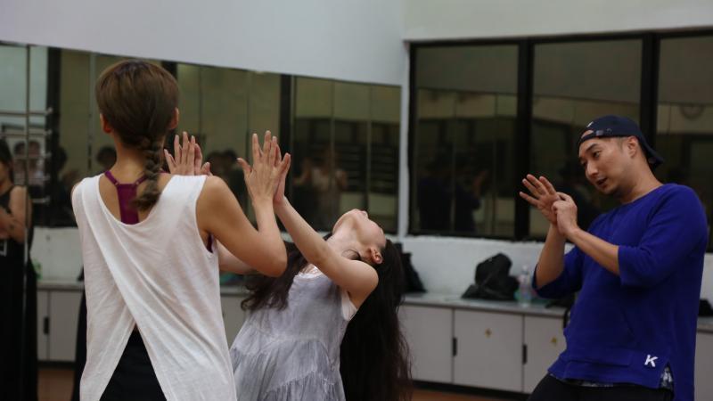 ▲呂洋子(中)練習做出肢體不協調的詭異動作。圖右為導演奚岳隆。(圖/傳影互動)