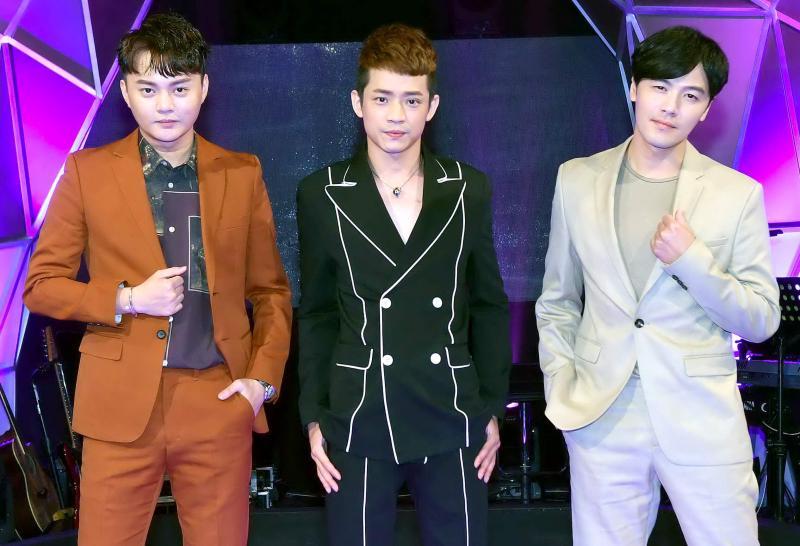 <br> ▲許富凱(左起)、吳勇濱、黃文星合唱〈若是我回頭來牽你的手〉。(圖/華視)