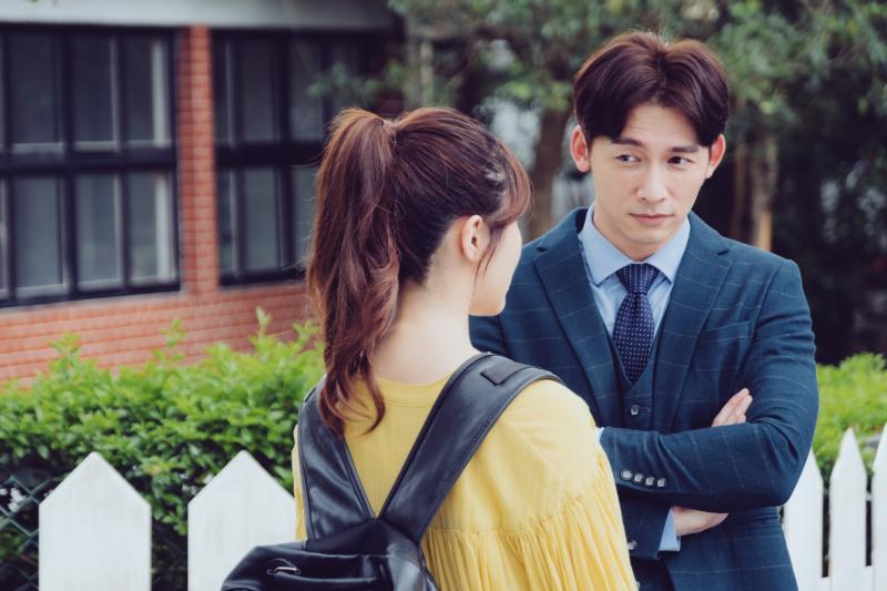 溫昇豪(右)在劇中飾演白思禮,跟方家姊妹在不同時期交往